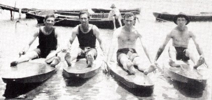 Harry McLaren, o primeiro fabricante de Surfski, o segundo da esquerda, com Ray Dick, Reckless Herb e McLaren Bert, da esquerda para a direita. 1919 no Rio Hastings, Port Macquarie - crédito: Wikipédia