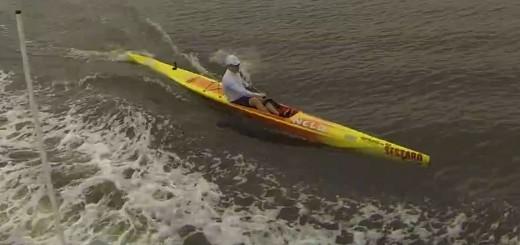 Pegando carona na esteira da barca, de Surfski