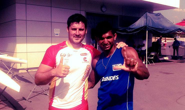 O espanhol David Cal e Isaquias Queiroz, amigos de treinamento no Brasil e adversários na Final A do C1 Masculino 1000m