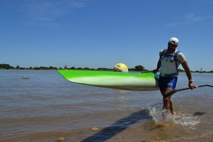 Leandro é o primeiro competidor a cruzar a linha de chegada do Pantanal Extremo (Foto: Hélder Rafael)