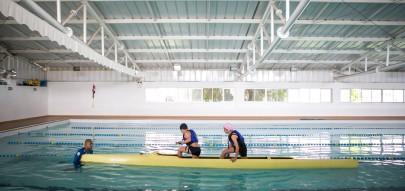 Regional Boqueirão / Tribuna - 20-11-2015 - Canoagem / Portal do Futuro Boqueirão. Crianças e adolescentes, com idade entre 11 e 14 anos, estão aprendendo a prática da canoagem no Portal do Futuro do Boqueirão. O curso é gratuito, ocorre na piscina do portal e é coordenado pela Confederação Brasileira de Canoagem (CBCa). Na foto, Os alunos Eduardo Sessi e Julha Gauze ao lado do professor João Paulo.