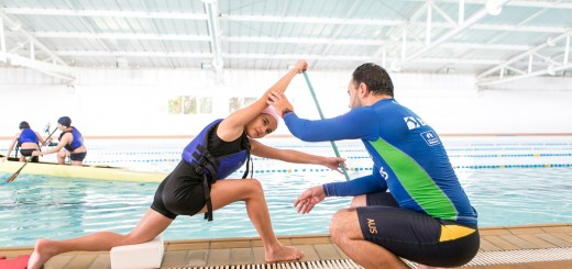 Regional Boqueirão / Tribuna - 20-11-2015 - Canoagem / Portal do Futuro Boqueirão. Crianças e adolescentes, com idade entre 11 e 14 anos, estão aprendendo a prática da canoagem no Portal do Futuro do Boqueirão. O curso é gratuito, ocorre na piscina do portal e é coordenado pela Confederação Brasileira de Canoagem (CBCa). Na foto, A aluna Julha Gauze (10) ao lado do professor Heros Ferreira.
