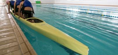 Regional Boqueirão / Tribuna - 20-11-2015 - Canoagem / Portal do Futuro Boqueirão. Crianças e adolescentes, com idade entre 11 e 14 anos, estão aprendendo a prática da canoagem no Portal do Futuro do Boqueirão. O curso é gratuito, ocorre na piscina do portal e é coordenado pela Confederação Brasileira de Canoagem (CBCa). Na foto, alunos praticando canoagem na piscina.